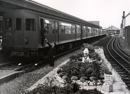B/w print; station gardens competition 1946 by fox photos, 10 aug 1946