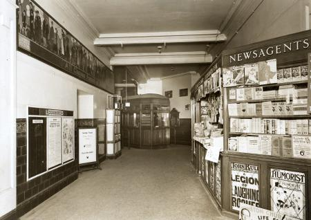 B/w glass neg, view of the booking hall at holborn underground station (piccadilly line) prior to major alterations in 1933 by topical press, 27 aug 1930