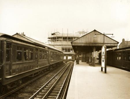 Bw glass neg, Platform view of Hounslow West Underground station by Topical Press, 13 Feb 1931